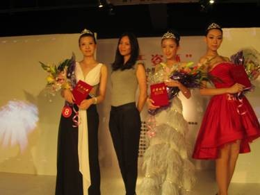 指导教师郭斐(左二)与获奖学生杨颖丽(右一)合影