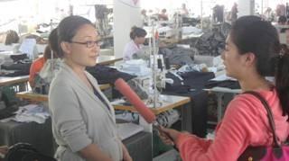 央视记者对服装学院徐子淇院长进行采访