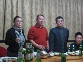 徐子淇院长(左一)、史长胜书记(左二)、曹敬乐副院长(右一)代表服装学院向全体教师送上新年祝福